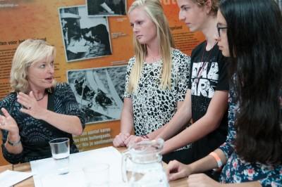 Minister Bussemaker in gesprek met middelbare scholieren